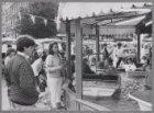 Zondagsmarkt in de Dapperstraat. Links de ingang van de Commelinstraat