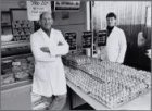 Plein '40-'45. Poelier Derlagen op de markt