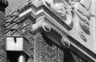 Voetboogstraat 14, detail van de gevel met de pilasterbekroning en deel van het …