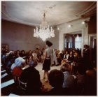 Modeshow in de salon van Dick Holthaus