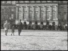 Dam, menigte voor het Koninklijk Paleis op winterdag