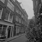 Tweede Looiersdwarsstraat 2 - 6 (ged.) v.r.n.l. Rechts naast nummer 2 de zijgeve…