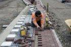 Bestratingswerkzaamheden bij de tweede fase van de renovatie van de Westerdoksdi…