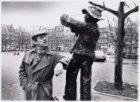 Piet Römer, Acteur, bij het beeldje van Kokadorus, bekend voormalig koopman op h…
