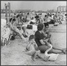 Strandbad Sloterplas vol badgasten op betonnen treden