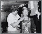 Mevrouw De Wilde legt de laatste hand aan het historische kostuum van mevrouw Re…