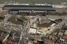 Luchtfoto van het Stationsplein en omgeving tijdens de aanleg van de Noord/Zuidl…