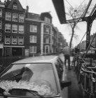 Willemsstraat 171 (ged.) en 183, in het midden Lijnbaansgracht 28-31. Rechts bru…