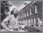 Bert Meester bij de negen behouden huisjes Bellamystraat 73-87