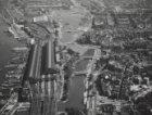 Luchtfoto Stationsplein, Open Havenfront, Prins hendrikkade, Afgesloten IJ, De R…