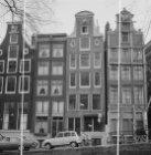 Oudezijds Voorburgwal 67 (ged.) - 73 en rechts de Oudekennissteeg