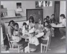Kinderen en hun leidsters lunchen in crèche De Pinksterbloem in de Tweede Boerha…