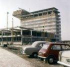 De bouw van het luchthavendirectiegebouw en de verkeerstoren van Schiphol-Centru…
