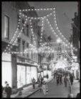 Kalverstraat 183 (ged.) - 195 met feestverlichting gezien naar de Munttoren