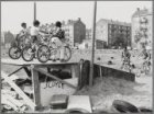 Jacques Veltmanstraat. Kinderen op een fietscrossbaantje