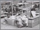 Het zitje op de Albert Cuypstraat (naast nummer 79) hoek Ferdinand Bolstraat is …