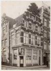 Amstel 52 (ged.)-54 (v.r.n.l.), hoek Halvemaansteeg. Nummer 54 Café 't Hoekje. L…