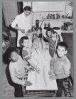 Kinderen leren broodbakken bij bakker W.R. Groothuis, Witte de Withstraat 125