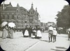 Het Leidseplein gezien naar de ingang van de Leidsestraat met links de Stadsscho…