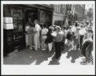 Bezoekers in de rij voor het Anne Frankhuis, Prinsengracht 263