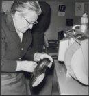 Amstel 51. Een schoenpoetsmachine in het verpleeghuis Amstelhof