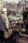 Waterlooplein, koper en glaswerk op het Waterlooplein gezien naar de Mozes en Aä…
