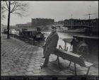 Wittenburgergracht, oude man leunend tegen bankje langs de Nieuwevaart. Op de ac…