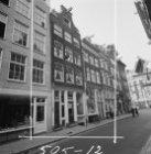 Staalstraat 2 - 10 (ged.) v.r.n.l. met aansluitend rechts de zijgevel van Kloven…