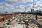 De bouwkuip van IJDock tussen de Westerdoksdijk en het IJ, met onder andere de n…