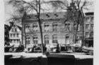 Elandsgracht 68 (ged.), 70, 76 v.r.n.l., links de ingang Hazenstraat