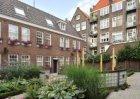 De binnentuin van het Lindenhofje (inpandig), Lindengracht 104-106 (v.r.n.l.)