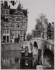 Prinsengracht 4-2, de hoek met de Brouwersgracht en daarvoor Brug 59, de Lekkere…