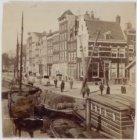 Brouwersgracht 66-86 (v.r.n.l.) en rechts Herenmarkt 26. Op de voorgrond enkele …