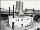Kraaiennest 125, moskee Taibah van architect P..I.M. Haffmans in aanbouw. Achter…