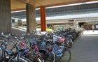 Viaduct van de Ringweg-Zuid met fietsenrekken bij de hoofdingang van Station Ams…