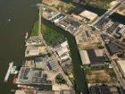 Luchtfoto van het Tolhuiskanaal (midden), gezien naar de Distelweg, Ridderspoorw…