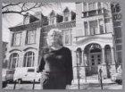 Maryla Nienhuis van Artotheek Oost voor het voormalige gebouw van de Elisabeth O…
