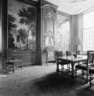Herengracht 475, Huis de Neufville, behangsels en schouw in rechter voorkamer