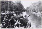 Groep mensen op een boot op de grachten