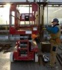 Betonvlechters op het bovendek van het busstation aan de De Ruijterkade maken de…