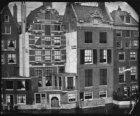 Amstel gezien naar de achterzijde van de huizen aan de Nieuwe Doelenstraat 2-6