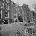 Lijnbaansgracht 325 (deels) - 347 (deels), met links de ingang naar de Nieuwegan…