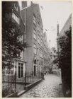 Begijnhof 35-38 (v.r.n.l.). Naast nummer 37 het toegangspoortje naar het Spui