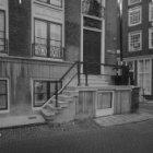 Herengracht 403 na restauratie. Rechts Beulingstraat 25 (ged.) - 27 (ged.)