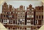 Oude Huizen aan de voormalige Pijpenmarkt / de Nieuwe Zijds Voorburgwal / meeren…