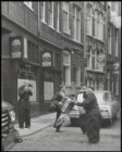 Nieuwendijk hoek Ramskooi, straatmuzikanten in klederdracht