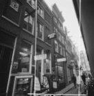 Rozenboomsteeg 4 - 14 (ged.) v.r.n.l. Geheel rechts Kalverstraat 121 (ged.) - 12…
