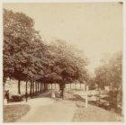 Het wandelpad langs de Singelgracht (uiterst links) of de voormalige Buitensinge…