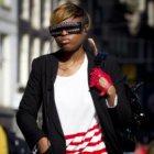 Vrouw met bijzondere zonnebril, gefotografeerd op de Dam