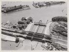 Luchtfoto van de Oosterdoksdoorgang en het later gesloopte deel van het marineco…